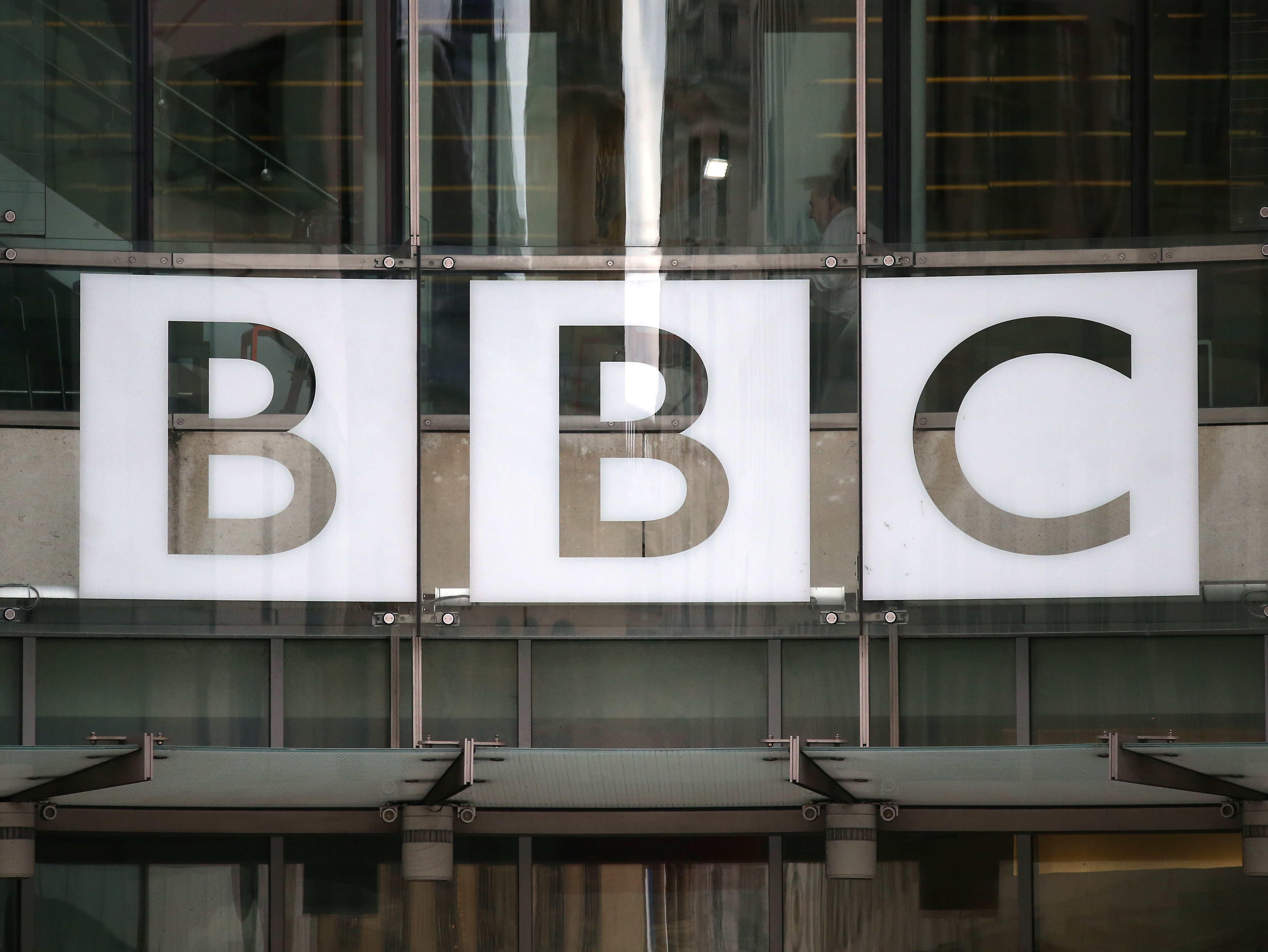 """BBC vai lançar o """"Beeb"""", o assistente de IA que quer competir com a Alexa, a Siri e o Google Assistant"""